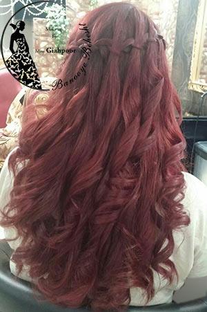 شنیون باز یکی از مدلهای بسیار زیبای شناخته شده است، در شنیون باز موها به صورت رها ، فر یا براشینگ شده و تنها با یک بافت کوچک یا سنجاق به صورت باز حالت میگیرند.