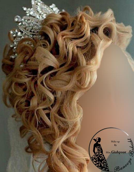 شنیون نیمه باز نوعی ازمدل شنیونهای امروزیست ، شنیون سبک نیمه باز از اسمش مشخص است کامل بسته نیست و به صورت آزاد موها مدل میشود.