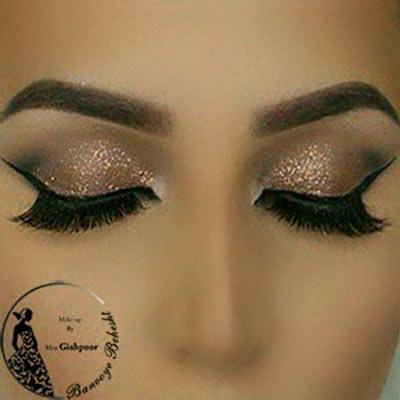 آرایش لبنانی چشم ترکیبی از رنگهای روشن و براق میباشد، به طور کلی میکاپ لبنانی غلیظ و روشن است.